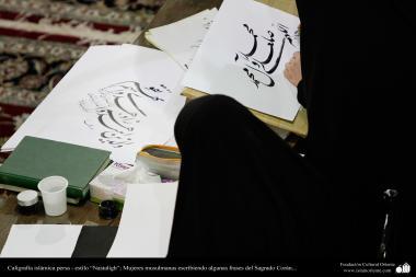 イスラム教の女性の芸術活動(コーラン文字が書かれるカリグラフィー作業.書道・ナスタリクスタイル)