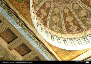 """اسلامی معماری - شہر قم میں """"جمکران"""" مسجد میں چھت پر فن کاشی کاری (ٹائل) کا ایک نمونہ، ایران - ۱۲۸"""