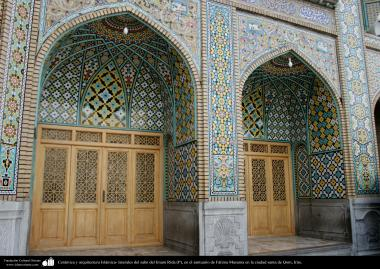 اسلامی معماری - شہر قم میں حضرت معصومہ (س) کے روضہ میں دیواروں پر فن کاشی کاری اور اسلامی خطاطی سے سجاوٹ،ایران - ۴