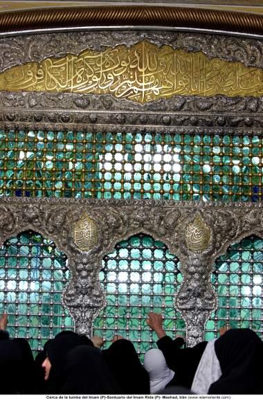 O mausoléu do Imam Rida (AS) e seu belo ornamento com sua caligrafia e trabalho de relevo em metal - Cidade Santa de Mashad, Irã