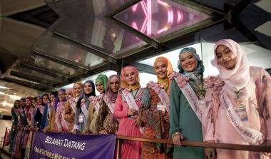مسلمان خاتون اور فیشن - بہترین مسلمان لڑکی کا مقابلہ ، انڈونیشیا