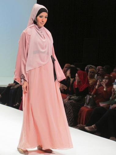 Femme musulmane - Stand de vêtements islamiques(Défilé)en Indonésie