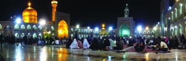 イスラム建築(マシュハド市におけるイマーム・レザ聖廟のドーム- 巡礼者のお祈り)