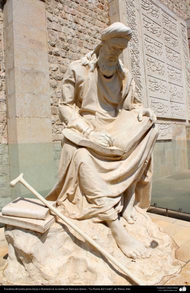 """Escultura do poeta persa Khwaju Kermaní em sua tumba em Darwaze Qoran - """"A porta do Alcorão""""- em Shiraz, Irã"""