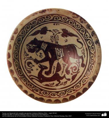 Fuente con figura de león cazando una gacela; Cerámica Islámica, Siria –  siglo XII dC.