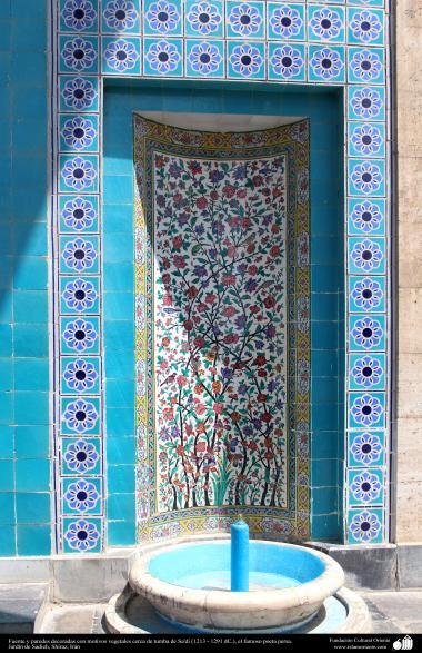 Fuente y paredes decoradas (cerámica) con motivos vegetales cerca de tumba de Sa'di (1213 - 1291 dC.), el famoso poeta persa - Jardín de Sadieh, Shiraz