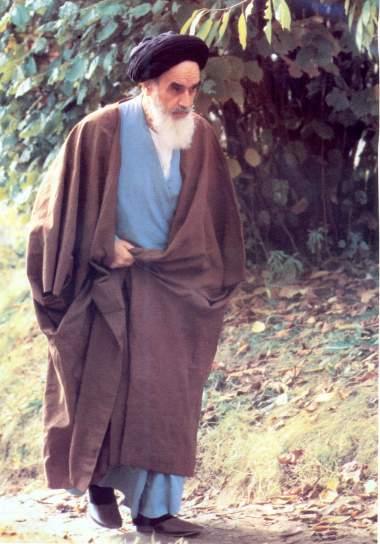 Imam Khomeini em uma caminha matinal