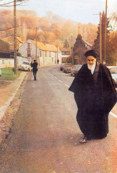 Imam Khomeini, caminhando na vila francesa de Neauphle-le-Château em seus dias de exílio longe de casa