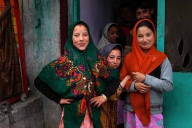 ヒジャーブをつけるイスラム教の女性 - 中央アジアの若者