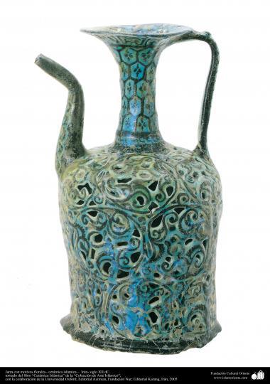 Récipient avec des motifs floraux, de la poterie - Iran XII e siècle.