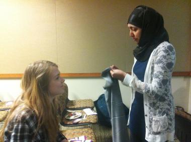 زن مسلمان - آموزش چگونگی پوشیدن حجاب توسط زن جوان مسلمان