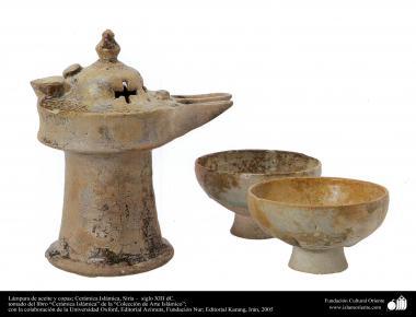 Lámpara de aceite y copas; Cerámica Islámica, Siria –  siglo XIII dC. (38)