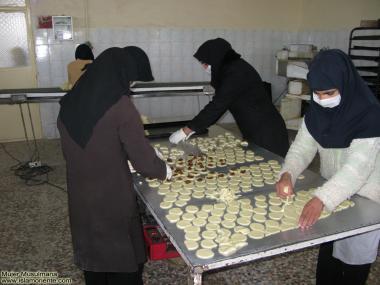 Mulheres muçulmanas trabalhando em uma confeitaria