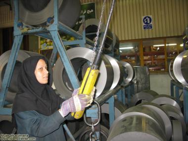Iranische, muslimische Frauen sind in der industriellen Entwicklung der Nation mit dabei - Die muslimische Frau und die Arbeit - Foto