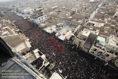 Multidão em lamentações pelo martírio do Imam Hussein (AS) e seus famíliares e companheiros