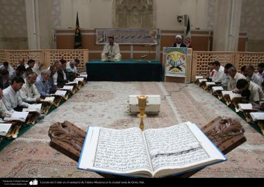 Lectura del Corán en el santuario de Fátima Masuma en la ciudad santa de Qom