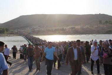 اللاجئون السوريون في طوابير طويلة لدخول العراق