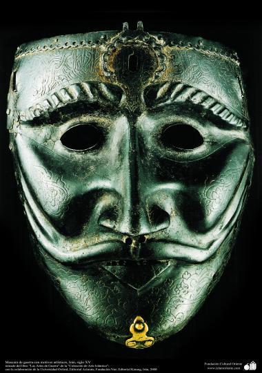 戦争や装飾用の古い道具、イスラムのパターンで飾られた戦争用ヘルメット( 15世紀)