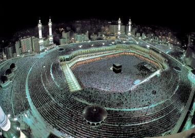 Impressionante vista da mesquita al-Haram em Meca no momento da oração