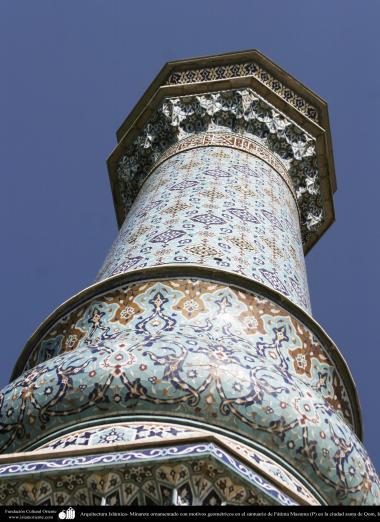 Minarete ornamentado con motivos geométricos en el santuario de Fátima Masuma (P) en la ciudad santa de Qom - 92