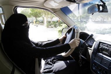 Mujer árabe conduciendo