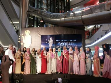 Mujer musulmana en Indonesia- desfile de moda (World Muslimah 2013) -1