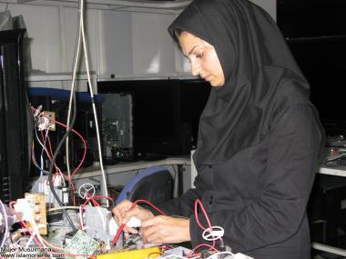 نساء المسلمات والعمل - امرأة الإلكترونية