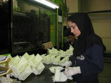 Muslimische Frau arbeitet in einem Fabrik mit ihrem Hijab (Islamische, bescheidene Kleidung) - Die muslimische Frau und die Arbeit - Foto