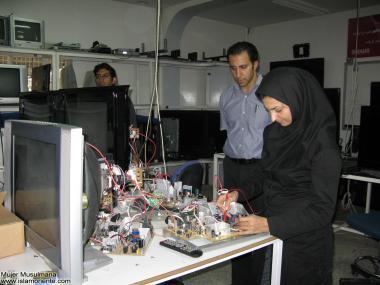 Muslimische Frauen in der Elektronikindustrie - Islamische Republik Iran - Die muslimische Frau und die Arbeit