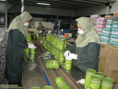 مسلمان خواتین اور معاشرہ - حجاب کے ساتھ فیکٹری کے کاموں میں شریک،ایران
