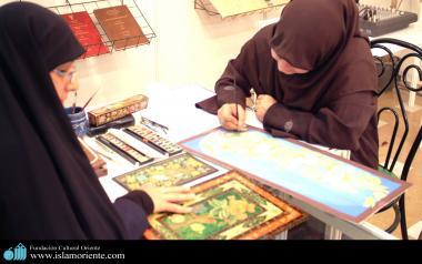 Pintoras muçulmanas fazendo quadros
