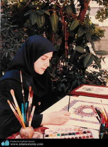 Mulher muçulmana fazendo ornamentação de uma tela