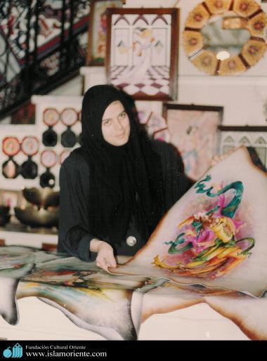 مسلمان خاتون اور حجاب - ایرانی خاتون فنکاری اور مصوری میں مصروف - ۳۴۴