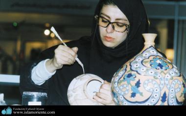 Mulher muçulmana trabalhando a ornamentação de um vaso