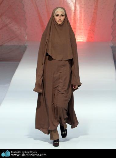 مسلمان خاتون اپنے حجاب کے ساتھ اسلامی فیشن شو میں - ۴۱