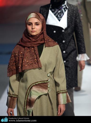 Mulher muçulmana desfilando