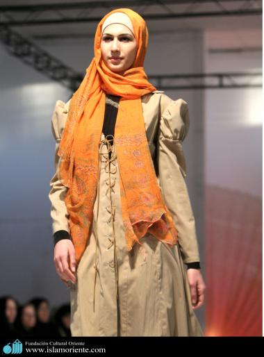 Mulher muçulmana na passarela de moda