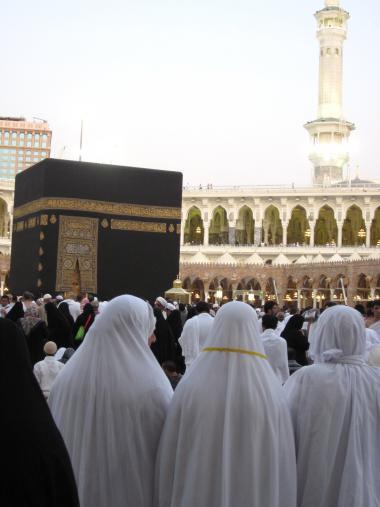 Mulheres muçulmanas na Caaba onde é feito o ritual de perigrinação que todo o muçulmano deve realizar pelo menos uma vez em sua vida