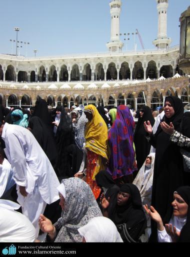 مسلمان خواتین شہر مکہ کی مسجد الحرام میں عبادت میں مصروف اپنے اسلامی حجاب میں - ۳۱۲