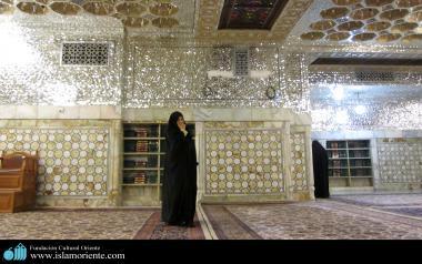 مسلمان خاتون امام رضا(ع) کے روضے پر زیارت میں مصروف اسلامی حجاب میں - ۲۱۸