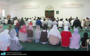 Femmes musulmanes en train d'effectuer la prière qui est un pilier de l'Islam