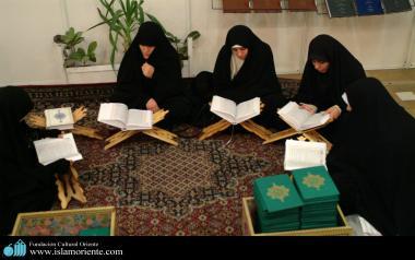Femmes musulmanes en train de lire le Saint Coran en groupe.