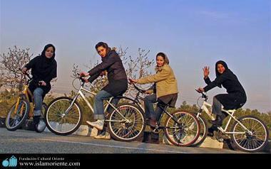 Mulheres muçulmanas fazendo um passeio de bicicleta
