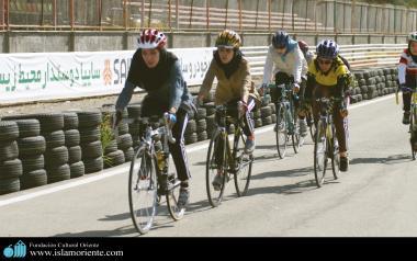 Mulheres muçulmanas praticando ciclismo