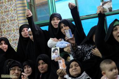 Uma mulher segura a foto do Imam Khomeini, líder da revolução islâmica do Irã