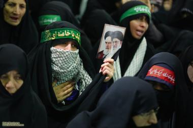 Mulher com a foto do Aiatolá Ali Khamenei, provavelmente durante um encontro com este amado líder