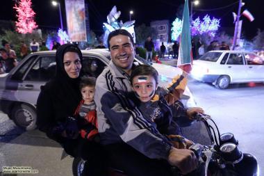 Família em uma motocicleta nas comemorações de aniversario da revolução islâmica do Irã.