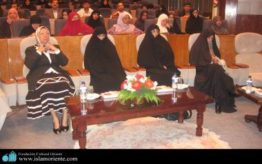 Muslimische Frauen aus verschiedenen Ländern nehmen an einem islamischen Konferenzen teil - Die muslimische Frau und die Gesellschaft
