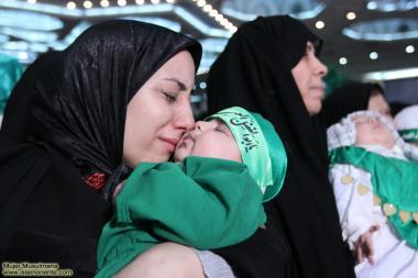 Mulher muçulmana e seu bebê em uma reunião de súplicas
