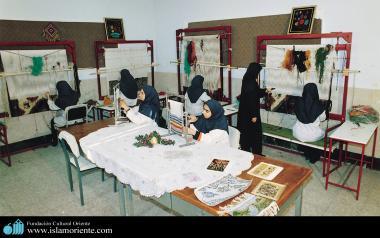 Mulheres muçulmanas no trabalho de confecção de tapetes e outros artigos